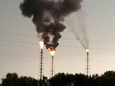 i fumi della raffineria eni durante il black out