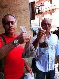 """Consegna di """"polvere mortale"""" del quartiere tamburi ai Senatori in visita a Tarant"""