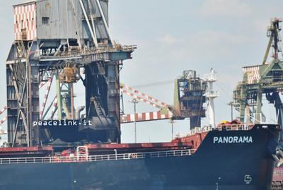 Secondo sporgente del Porto di Taranto, la fase di scarico del minerale Ilva da una nave