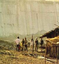 The giant Narmada Dam sweeps away small farmers with their dwellings. Photo: Ian Berry/Magnum
