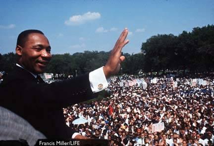 """""""In questo nostro procedere verso la giusta meta non dobbiamo macchiarci di azioni ingiuste.Cerchiamo di non soddisfare la nostra sete di libertà bevendo alla coppa dell'odio e del risentimento. Dovremo per sempre condurre la nostra lotta al piano alto della dignità e della disciplina. Non dovremo permettere che la nostra protesta creativa degeneri in violenza fisica. Dovremo continuamente elevarci alle maestose vette di chi risponde alla forza fisica con la forza dell'anima"""" Martin Luther King"""