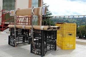 Una delle prove: realizzare una panchina con materiali trovati di riciclo