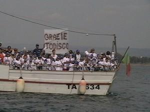 """I bambini con la scritta """"Grazie Todisco"""""""