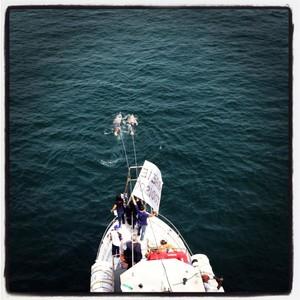 Fabio Matacchiera e Giuseppe D'Andria trainano l'imbarcazione da 26 tonnellate. Nuotano senza pinne