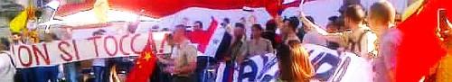 Roma, Piazza del Popolo, 16-6-2012: I rossobruni di Rinascita e Sinistra Nazionale, con altre formazioni, manifestano per la pace in Siria, agitando bandiere rosse (anche quella della Cina!) e indossando lederhosen e divise simil-naziste.