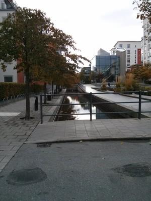 Canale, in alto a destra il Centro di informazione ambientale (Glashusett)
