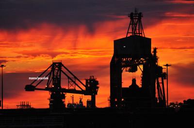 il porto di taranto con le gru dell'ilva dove avviene lo scarico dei minerali