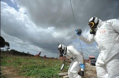 Rifiuti tossici interrati. Vigili del Fuoco e tecnici Arpa nel Casertano (foto Ansa)