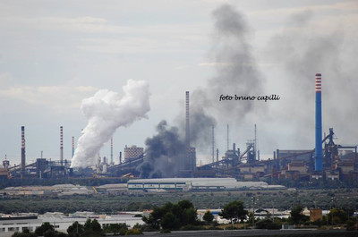ilva di taranto, fumo nero si alza in aria nella mattina del 24 novembre