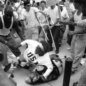 Keshia Thomas mentre protegge un uomo da una folla inferocita che pensava fosse un membro del gruppo razzista Ku Klux Klan