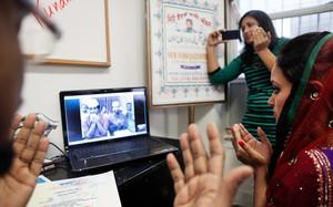 Punam Chowdhury, presso l'Ufficio Qazi di New York, nel Queens, il mese scorso ha usato un servizio di video-chat per sposare Tanvir Ahmmed, il quale si trovava in Bangladesh.
