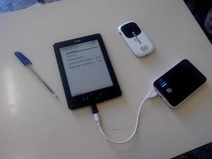 Un e-book reader alimentato da un mini-pannello solare e connesso a Internet con un mini-router portatile