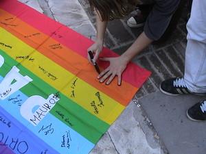 La firma della bandiera di pace che sarà portata al corteo di Roma del 20 marzo