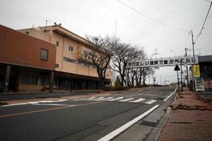 """Comune di Futaba confinante con la centrale nucleare di Fukushima Daiichi poco dopo il terremoto dell'11 marzo 2011. La targa proclama """"L'energia nucleare: se la conosci bene, ti porta una vita agiata""""; rappresenta uno dei tanti mezzi escogitati del lavaggio di cervello del """"mito di sicurezza"""" nucleare."""