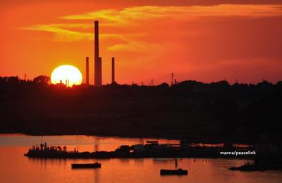 ilva di taranto al tramonto
