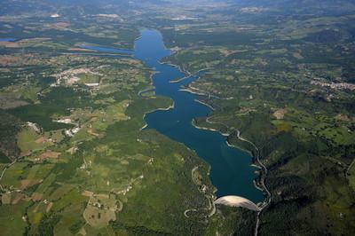 Il lago artificiale del Pertusillo, che fornisce acqua potabile a Puglia e Basilicata (foto trameindivenire.blogspot.it)