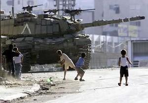 bambini contro carri armati