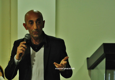David Melfa di Greenantinquinamento in una conferenza stampa a Gela