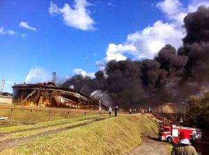 Il serbatoio tk513 collassato dopo ore di incendio