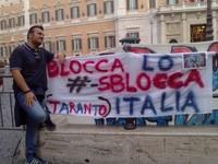 Lo striscione Blocca lo #SbloccaItalia Taranto con un giovane tarantino