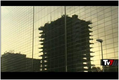 Roma, EUR. Il relitto dell'ex Ministero delle Finanze si specchia nel nuovo Centro Congressi, in costruzione a pochi metri di distanza
