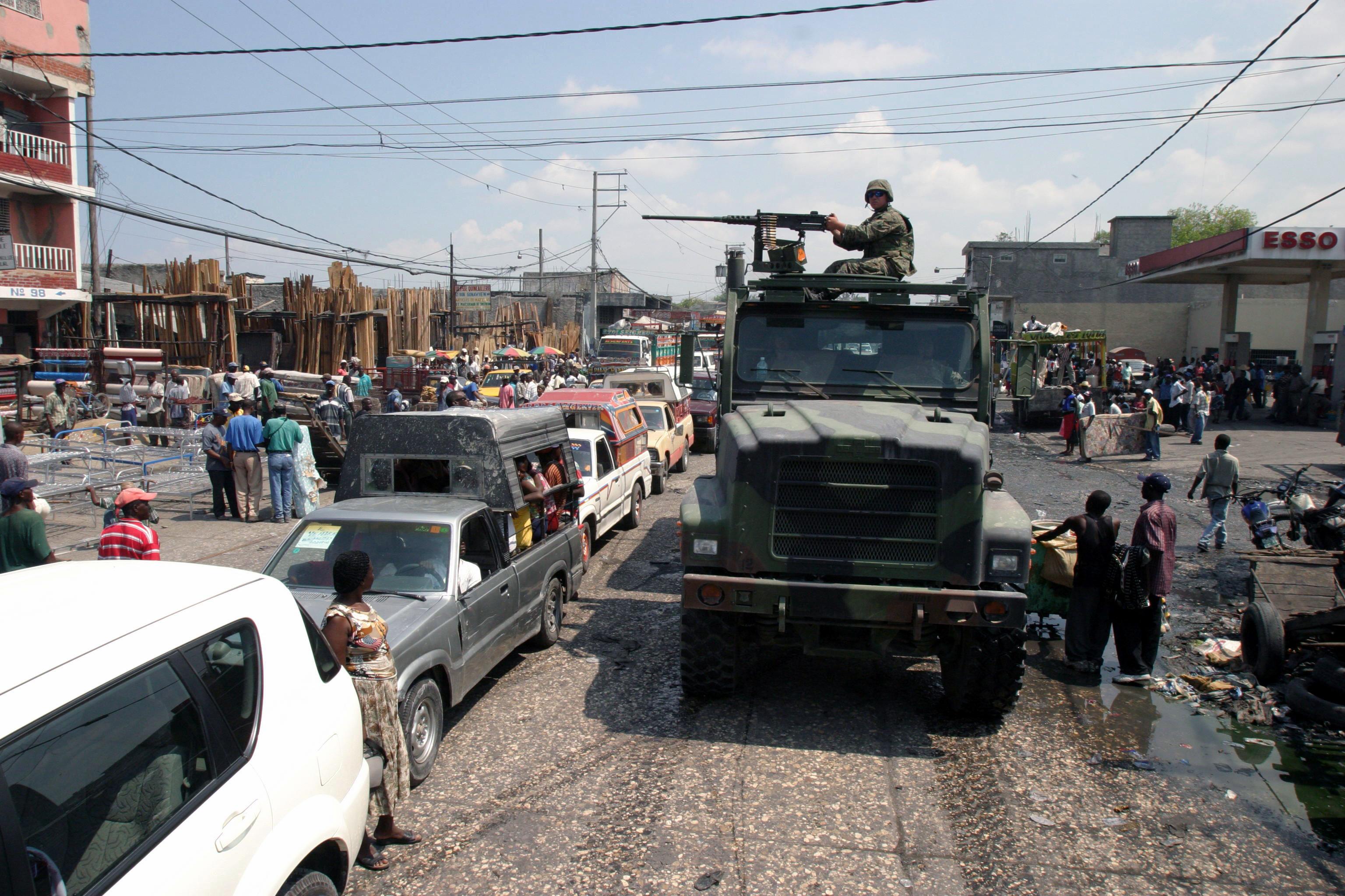 Marines_in_una_strada_di_Port-Au_Prince