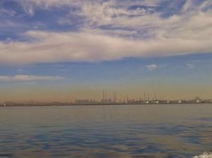 La striscia orizzontale di inquinanti formatasi il 14 gennaio 2015 su Taranto in situazioni di calma di vento. I valori degli IPA si sono impennati.