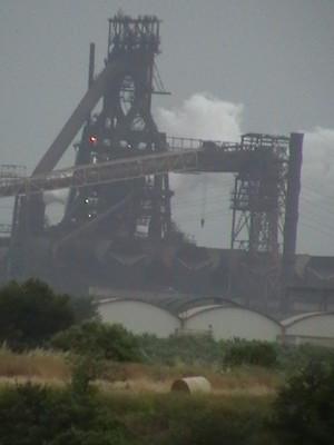 Rotoballa di fieno sotto le cominiere ILVA, foto scattata nel 2009 a Taranto.