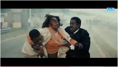 """Un'attivista ferita dalla polizia in una scena del film """"Selma"""" (2015)"""