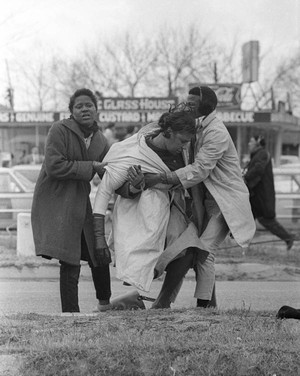 Il 7 marzo 1965, a Selma, la polizia si accanì  in particolare contro l'attivista Amelia Boyton Robinson, in testa al corteo non violento