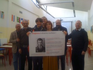 Attivisti di ESIGIAMO IL DISARMO NUCLEARE TOTALE con gli studenti del Liceo Manzoni di Milano