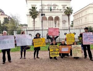 Rete No War manifesta contro l'Arabia Saudita davanti all'ambasciata di Roma.