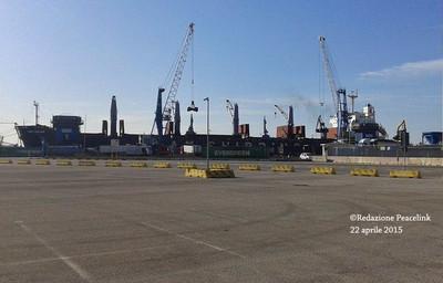 nave nel porto di taranto scarica pet coke