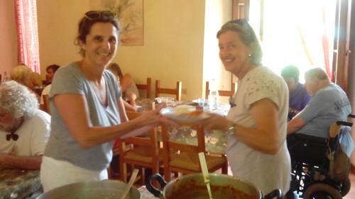 Cristina e Costanza del Comitato Selma cucinano per tutti un ottimo spezzatino con patate e riso! A tavola siamo... Sahrawi... Bresciani... Messicani... Albanesi...Salvadoregni...Fiorentini.... e tutti apprezziamo MOLTISSIMO!