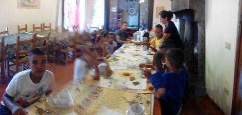 I piccoli Sahrawi a colazione:ultima tazza di latte prima di partire con le attività, stamattina si disegna!