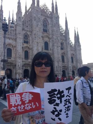 davanti al Duomo di Milano