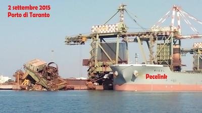 La gru inabissata al IV sporgente dle Porto di Taranto