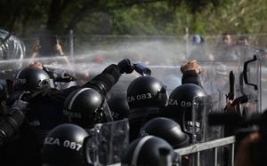 La polizia ungherese. Lacrimogeni, spray e idranti contro i migranti