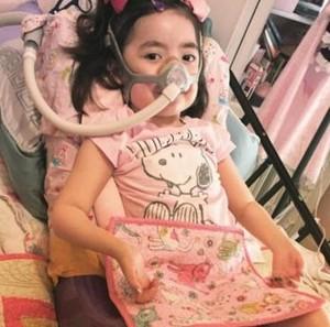 """Julianna sta bene al momento e lei si gode il tempo che trascorre con la figlia,  ha scritto Moon in risposta ai commenti. """"Da un anno non prende più infezioni."""" Ma se dovesse ammalarsi di nuovo, si dovrà prendere una decisione. ---------- Julianna Snow leidet seit ihrer Geburt an der unheilbaren neurodegenerativen Erkrankung Charcot-Marie-Tooth-Syndrom. Als sie vier war, entschied sie, lieber zu sterben, als wieder ins Krankenhaus zu kommen."""