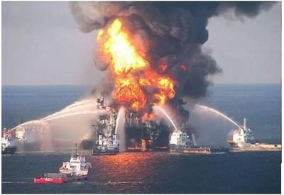 La piattaforma sul giacimento Gunashli (Mar Caspio) in fiamme