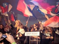 """Marine Le Pen, bébé, drapeaux, banquet des Mille3louis maitrier"" di NdFrayssinet - Opera propria. Con licenza CC BY-SA 3.0 tramite Wikimedia Commons"