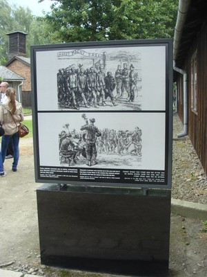Pannello posto all'ingresso di Auschwitz, raffigurante l'orchestrina musicale con la quale i nazisti usavano accompagnare i detenuti all'uscita dal campo per condurli ai lavori forzati.