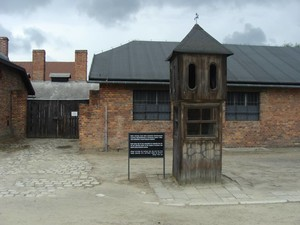 Posto di guardia all'ingresso del campo di Auschwitz.