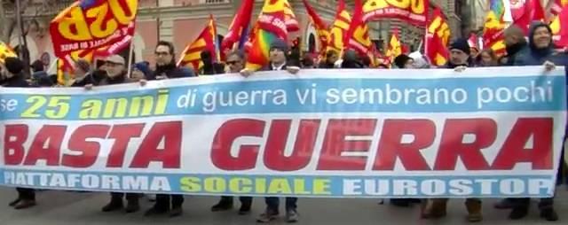 """Le """"Sinistre"""" in piazza contro la guerra (fotogramma del video)"""
