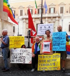 Esponenti di Rete NoWar-Roma alla manifestazione indetta dal PCI e da RC il 5-8-2016, davanti al Parlamento, per condannare il nuovo bombardamento USA della Libia e per mettere in guardia il governo italiano da qualsiasi coinvolgimento nelle operazioni militari a stelle e strisce.