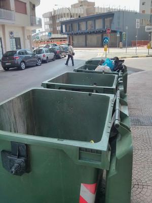 Per non perdere tempo, a Taranto i cassonetti della spazzatura li tengono aperti. Immagini comuni in tutta la città a cui si accompagna una raccolta differenziata sciatta e un'amministrazione comunale poco attenta