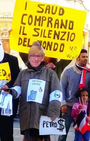 Sosia della Ministra Pinotti che inscena una vendita di bombe e missile al Re dell'Arabia Saudita, davanti il Ministero della Difesa a Roma il 12 ottobre 2016.