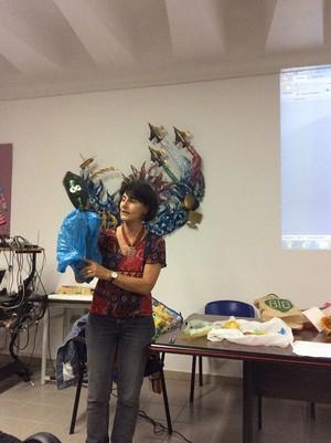 Ecodidattica, corso di formazione per docenti. Marinella Marescotti mentre mostra i suoi ecoburattini fatti con materiali di scarto riutilizzati.