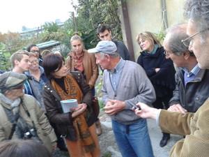 """M. Ruzzenenti (secondo da destra) presenta Antonio ai partecipanti al convegno """"Puliamo l'Italia"""", sul piccolo fondo che coltivava vicino alla Caffaro (2013 L.Giannotti)"""