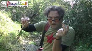 Luciano Manna preleva il catrame che affiora dal terreno accanto all'Ilva